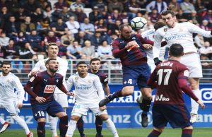 EIBAR, SPAIN - MARCH 10: Ivan Ramis of SD Eibar duels for the ball with Gareth Bale of Real Madrid during the La Liga match between SD Eibar and Real Madrid at Ipurua Municipal Stadium on March 10, 2018 in Eibar, Spain . (Photo by Juan Manuel Serrano Arce/Getty Images)